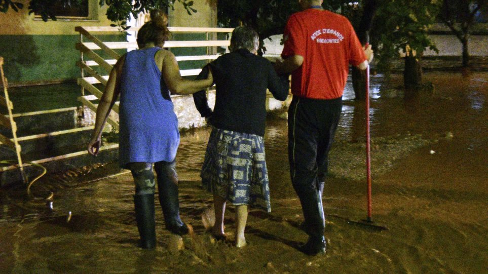 «Θαμμένη» στη λάσπη ξανά η Μάνδρα: Νύχτα φόβου και απόγνωσης για τους κατοίκους