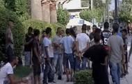 Σε κατάσταση πολιορκίας η Άμφισσα: Ρομά με ξύλα και ρόπαλα απειλούν να πάρουν το νόμο στα χέρια τους