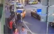 Βίντεο σοκ: Δείτε τη στιγμή που ταξί πέφτει πάνω σε πλήθος φιλάθλων στη Μόσχα!