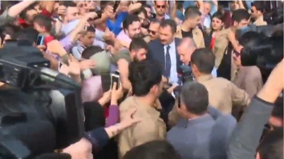 Βίντεο... απείρου κάλλους από την Τουρκία: Φιλούν τα χέρια του Eρντογάν!