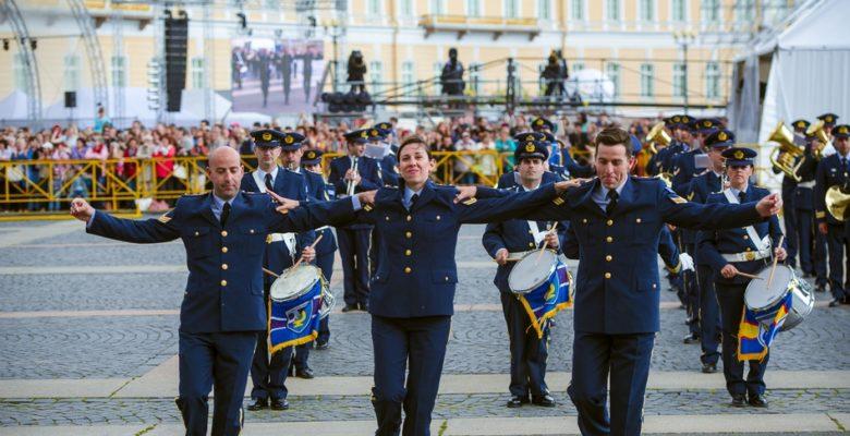 Η μπάντα της Ελληνικής Πολεμικής Αεροπορίας έπαιξε το «Zorba the Greek» στην Αγία Πετρούπολη