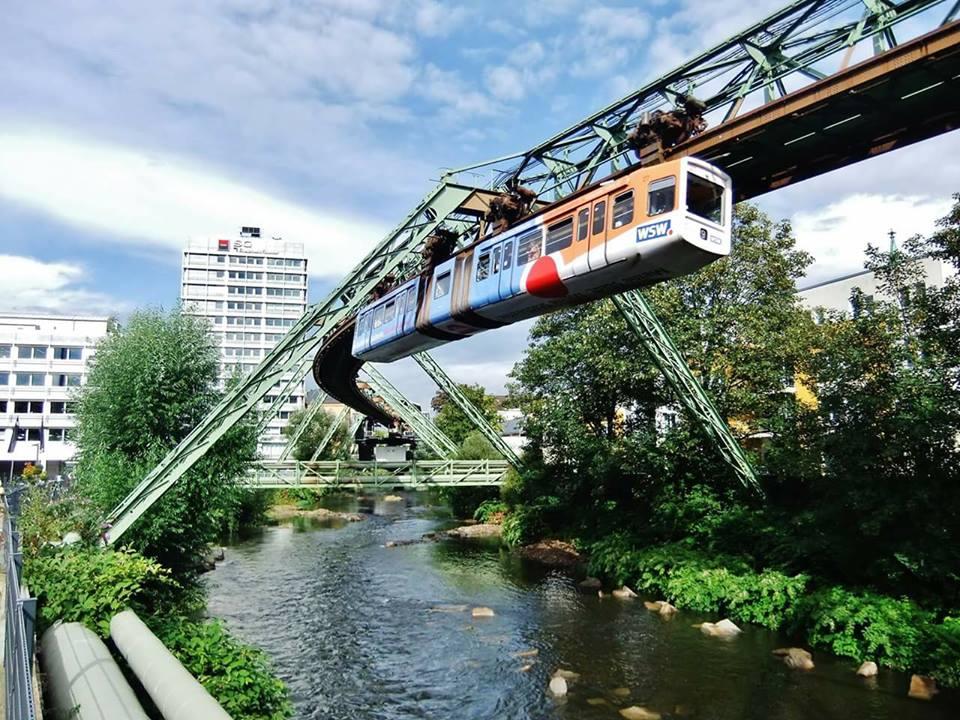 Wuppertal: Εδώ ο κόσμος μετακινείται εναέρια για να πάει στη δουλειά