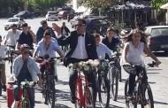 Λασίθι: Γαμπρός πήγε στην εκκλησία με… ποδήλατο συνοδευόμενος από τους μαθητές του