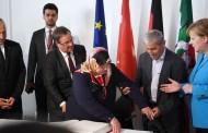 Μέρκελ-Τσαβούσογλου μαζί στην εκδήλωση μνήμης για τις πέντε Τουρκάλες που κάηκαν ζωντανές από Γερμανούς νεοναζί